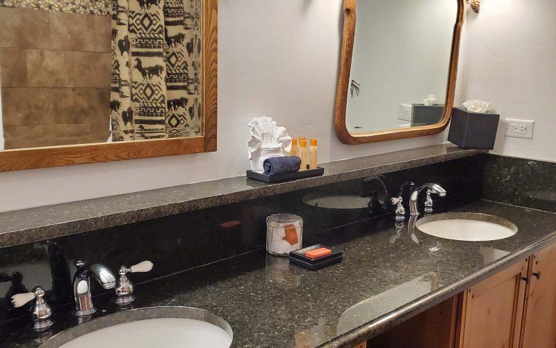ONE BEDROOM COTTAGE SUITE - Bathroom - Parkway Inn